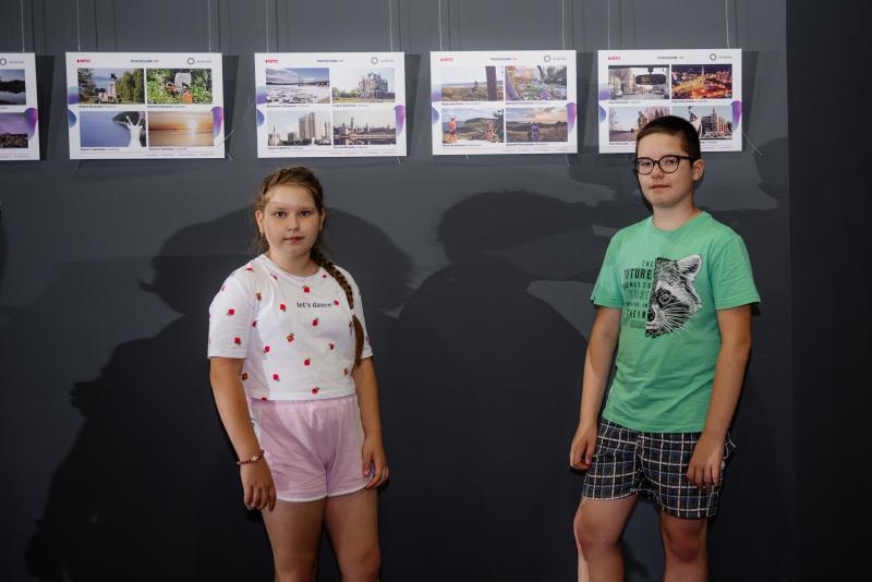 Дети-участники на фоне работ