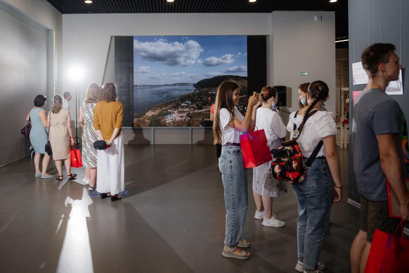 Посетители разглядывают фото