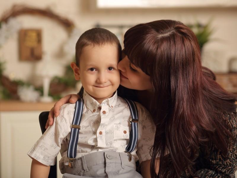 Катя целует сына