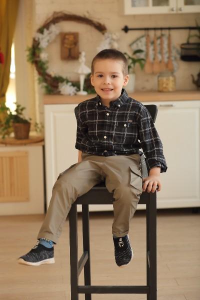 Сын Кати сидит на стуле
