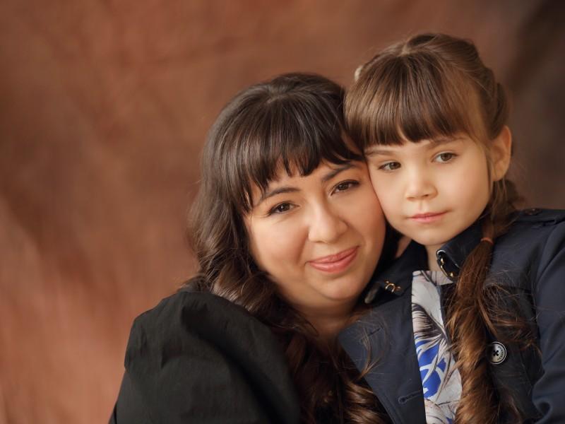 Марина с дочкой в обнимку