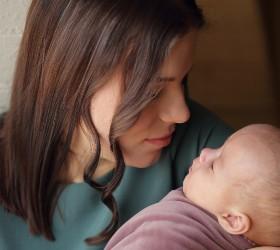Женщина с маленьким ребенком на руках крупным планом
