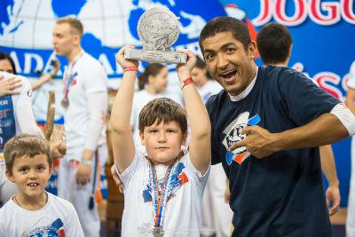 Мальчик с наградой и его тренер