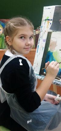 Алиса Петухова рисует в студии