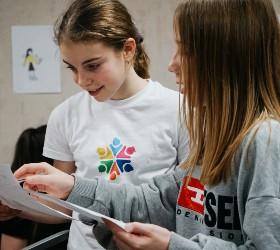 Девочки изучают иностранный текст