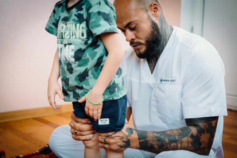 Артем Ранюшкин осматривает ножки ребенка