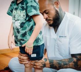 Артем Ранюшкин осматривает ребенка