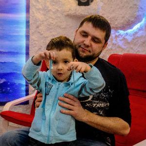 Папа с сыном в соляной пещере