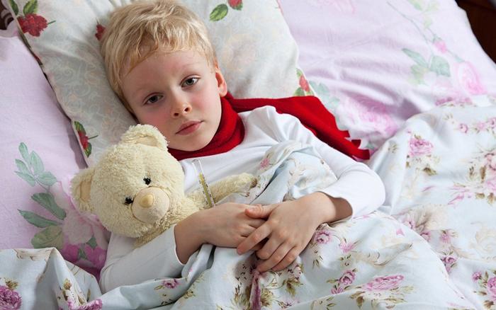 ребенок с градусником в постели