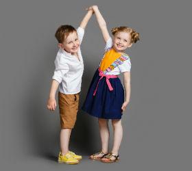 Мальчик и девочка держатся за руки