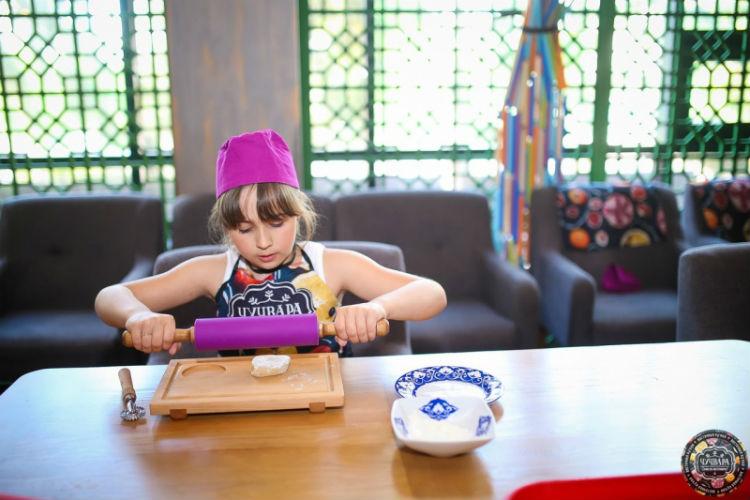 Девочка готовит