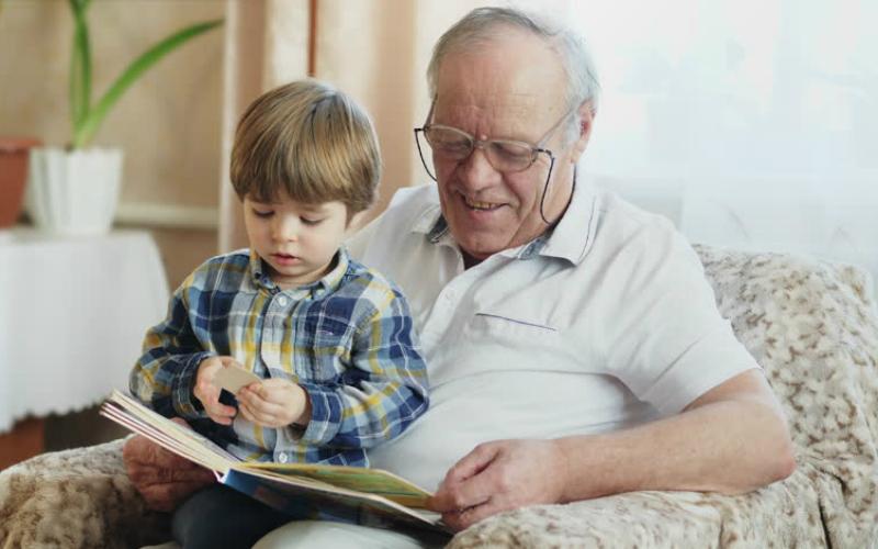 дедушка читает книгу