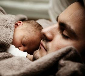 Отец лежит в грудничком