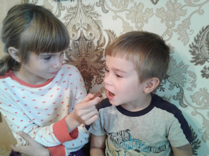 дети угощают друг друга