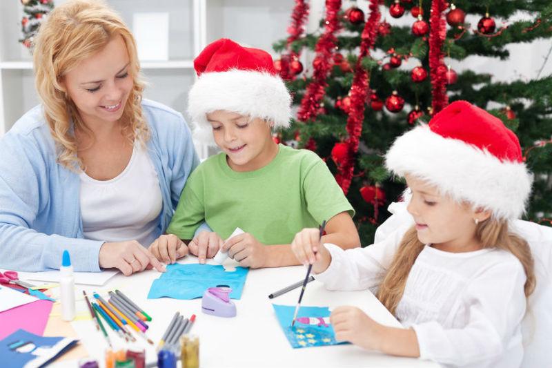 Дети в новогодних шапках занимаются с педагогом