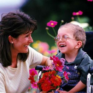 Мама ребенок в инвалидной коляске