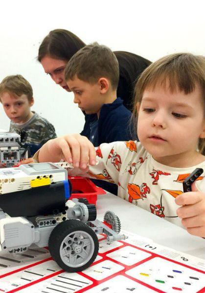 Дети конструируют роботов