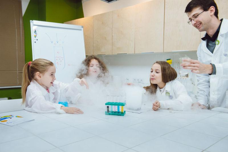 Дети проводят опыт с дымом