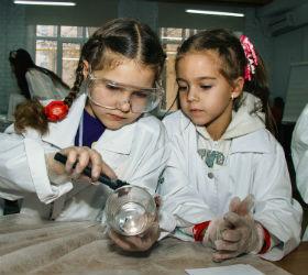 Девочки снимают отпечатки пальцев