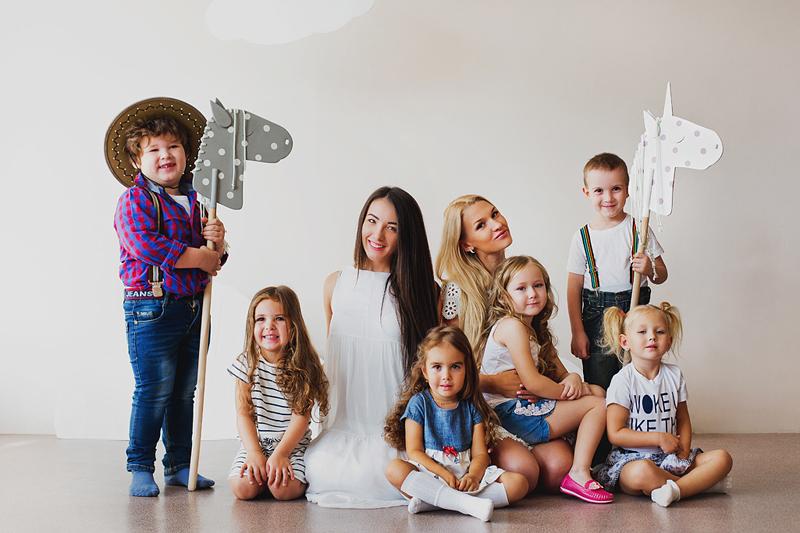 Дети с коняшками