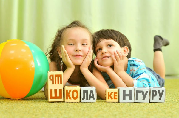 дети с кубиками зайцева