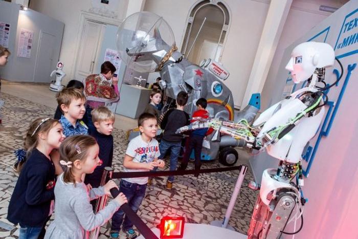 дети смотрят на робота