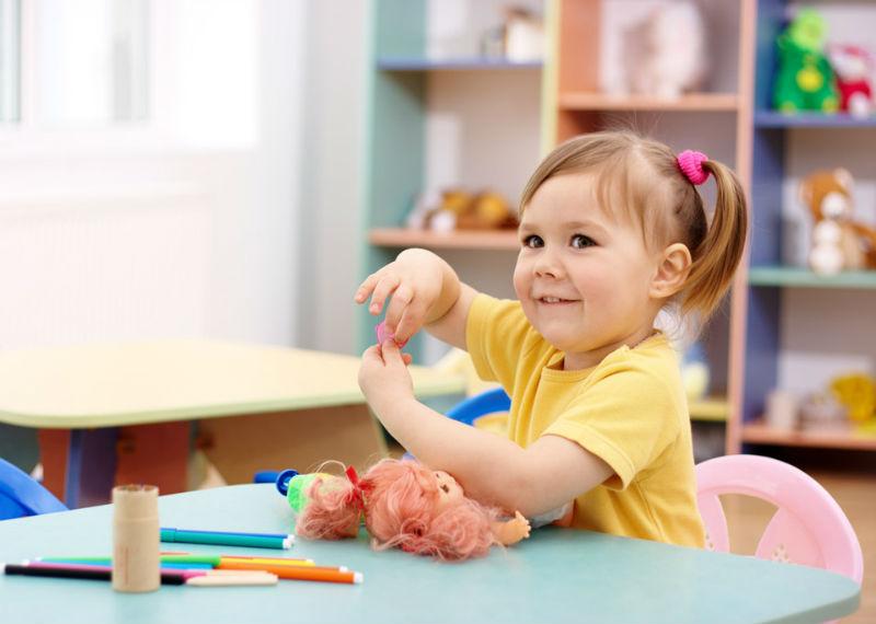 Маленькая девочка в детском саду