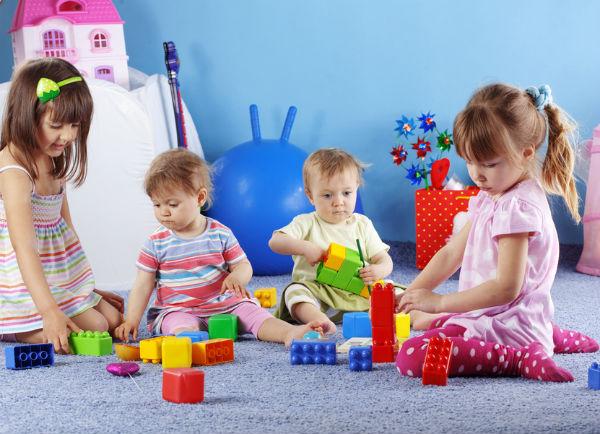 дети играют в детском клубе