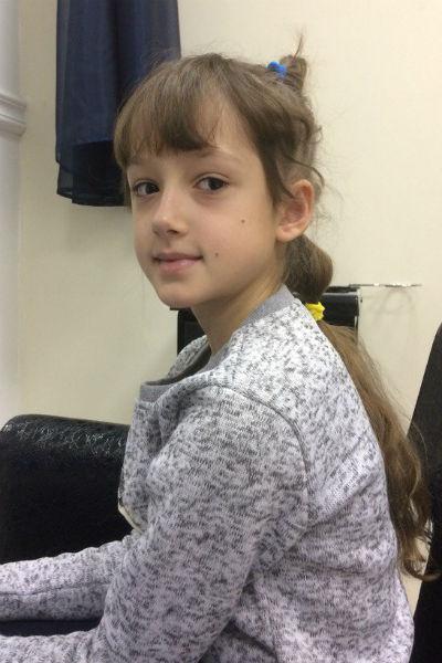 Девочка в серой кофте