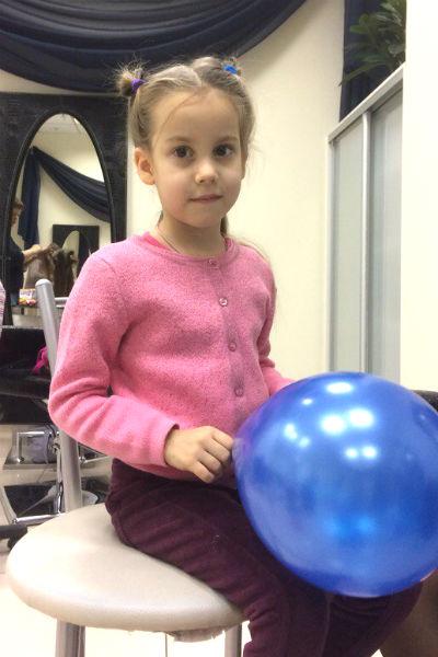 Девочка в розовой кофте с шариком