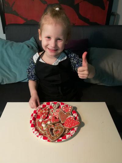 Девочка приготовила печенье