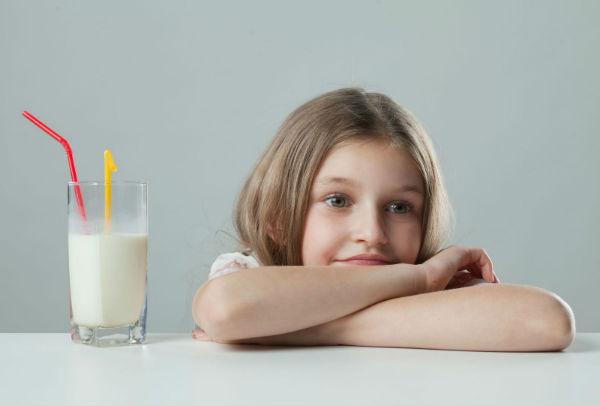 девочка и стакан молока