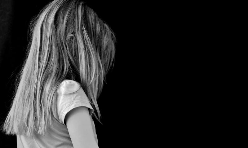 Печальная девочка