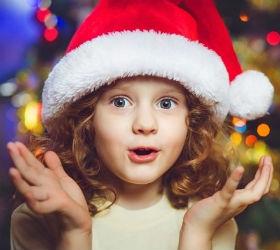 Девочка в шапке Санта-клауса