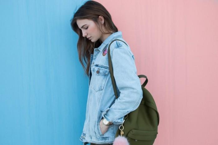 Девушка-подросток с рюкзаком
