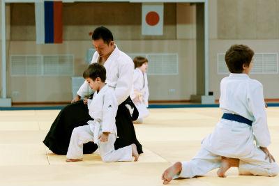 Мальчик с тренером учит стойку