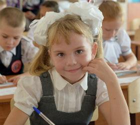 Девочка в школе за партой
