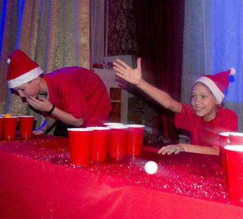 Мальчики в шапках Санта-Клауса