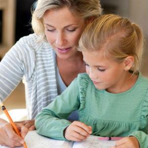 Учитель с ребенком занимаются дома