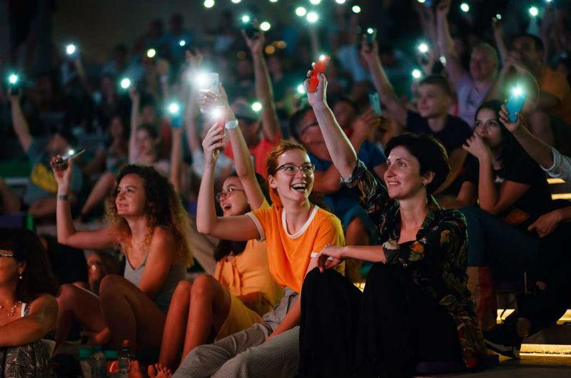 Зрители фонариками голосуют за понравившееся кино