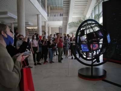 Участники и журналисты возле арт-объекта