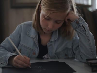 Срфия Альмендеева рисует на мастер-классе