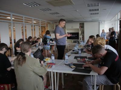 Ростан Тавасиев ведет мастер-класс для детей
