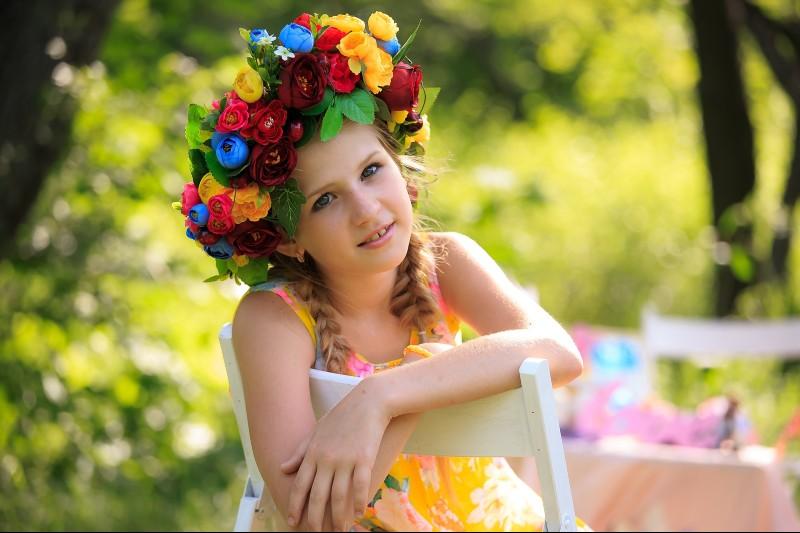 Девочка в венке из цветов
