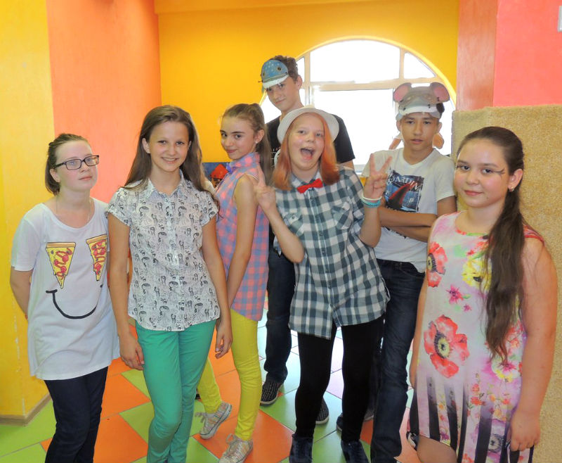 Веселые дети в ярком помещении