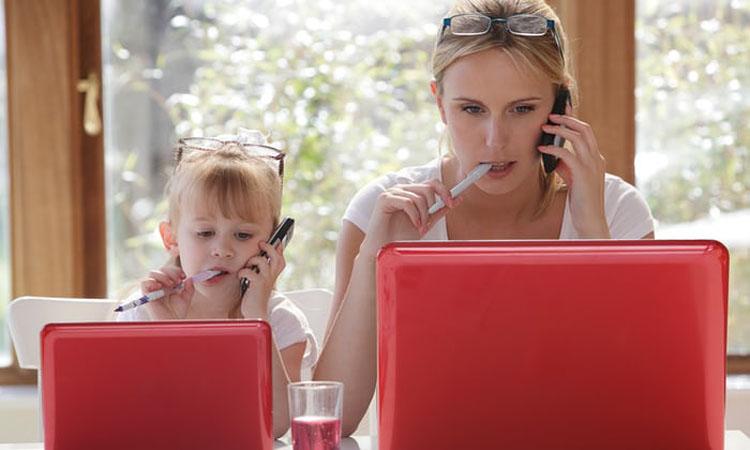 мама и дочка серфят интернет