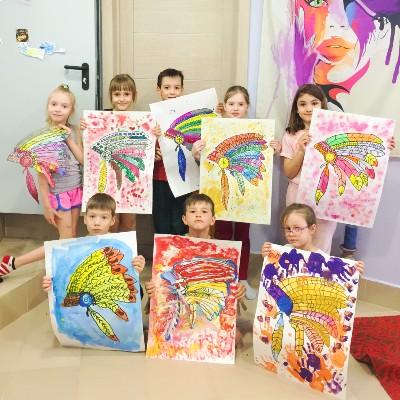 Дети со своими картинами