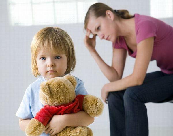Задумавшаяся мама и малыш с игрушкой