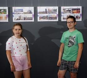 Дети на фоне экспозиции