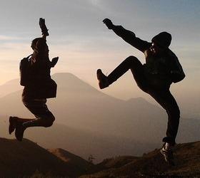 Подростки танцуют